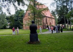 """Backstein-Kirche: Ganz dicht an Barlach am """"Lesenden Klosterschüler"""" von Barlach"""